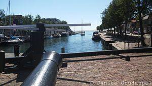 Hellevoetsluis - Image: Uitzicht vanaf brug op haven