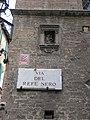 Via del refe nero, tabernacolo e stemma contrada della giraffa.JPG
