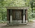 Vooraanzicht van het monument met bouwfragmenten in het park van het voormalige kasteel - Buren - 20388711 - RCE.jpg
