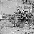 Vrouwen en kinderen bij een waterbron, onder drogend wasgoed, Bestanddeelnr 255-0364.jpg