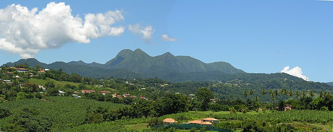 Vue panoramique de la chaine des pitons du Carbet (MARTINIQUE).jpg