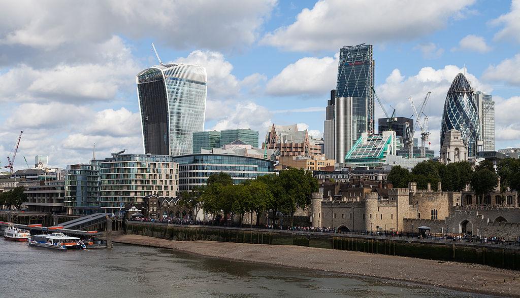 La City de Londres avec de gauche à droite : Les grattes-ciels Walkie-Talkie, Leadenhall building et Gherkin - Photo de Diego Delso