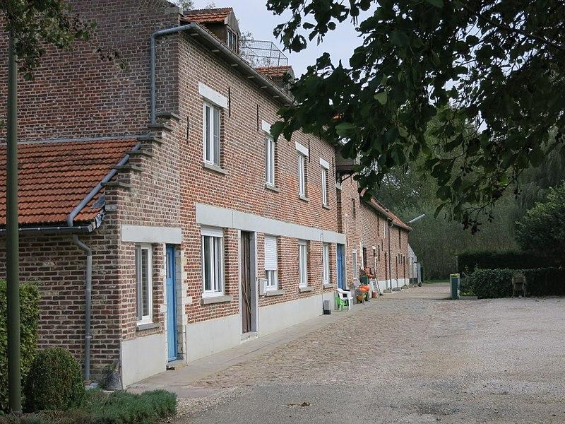 Langgevelig geheel van woning, molen en aanhorigheden. Gebouwd in 1672. 53 meter lang.