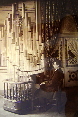 Pyrophone - The German composer Wendelin Weißheimer playing a Pyrophone.