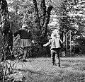 Wibke en Dirk van Gunsteren spelend in de tuin, Bestanddeelnr 254-1756.jpg