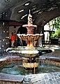 Wien, das Hundertwasserhaus, Brunnen.jpg