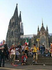 Pilger vor dem Kölner Dom