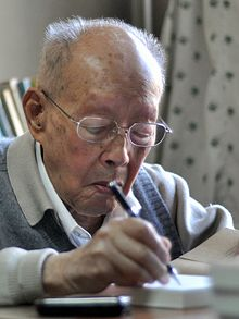 https://upload.wikimedia.org/wikipedia/commons/thumb/f/f9/Zhouyouguang2012_%28portrait_crop%29.JPG/220px-Zhouyouguang2012_%28portrait_crop%29.JPG