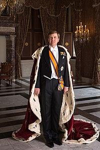 Zijne Majesteit Koning Willem-Alexander met koningsmantel april 2013.jpeg