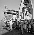 'Afhalers' achter een dranghek op de kade, wachtend op een schip (zie ook 255-21, Bestanddeelnr 255-2177.jpg