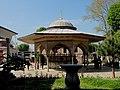 Şadırvan (Reinigungsbrunnen) vor der Hagia Sophia im Stil des türkischen Rokoko - panoramio.jpg