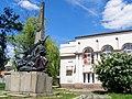 Пам'ятник Щорсу та будівля РБК.jpg