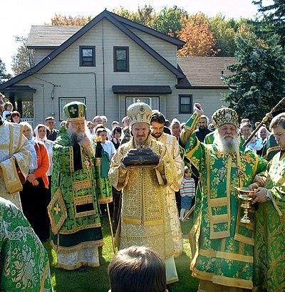 Сербский архиерей с мощами святого Сергия