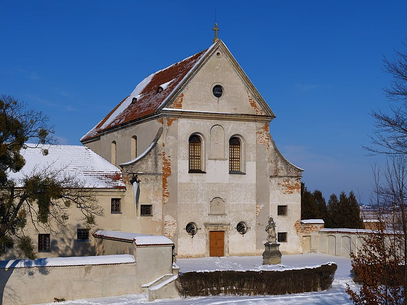 Фасад костелу монастиря капуцинів в Олеську. Фото — Мирослав Видрак, вільна ліцензія CC BY-SA 4.0