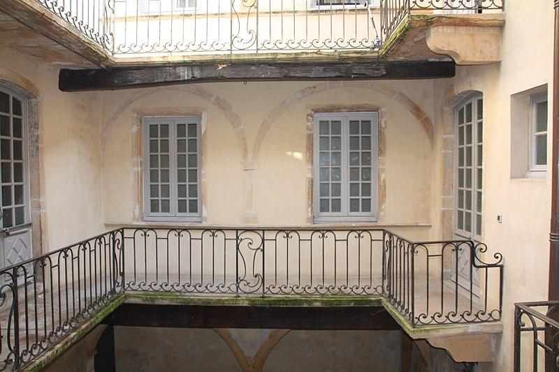 File:001. Cour de la Maison Roland Villefranche-sur-Saône 05.JPG