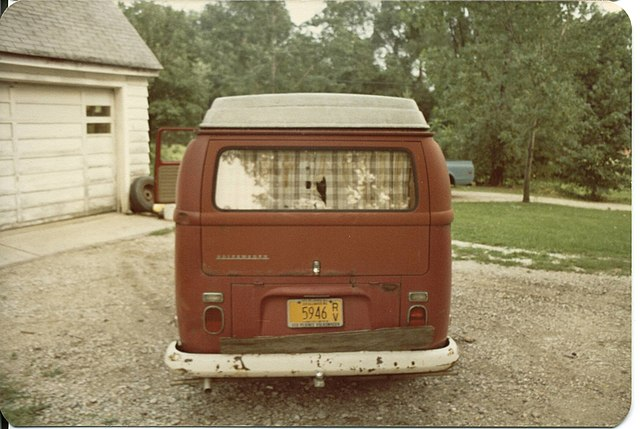 https://upload.wikimedia.org/wikipedia/commons/thumb/f/fa/1971_volkswagen_campermobile_rear.jpg/640px-1971_volkswagen_campermobile_rear.jpg