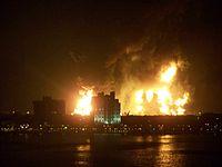 Raffineriefeuer in Catano, Puerto Rico kurz nach der ersten Explosion.