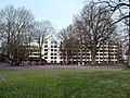2012-03-17 Südflügel des Klinikums Husum zur Zeit der Krokusblüte im Schlosspark.JPG