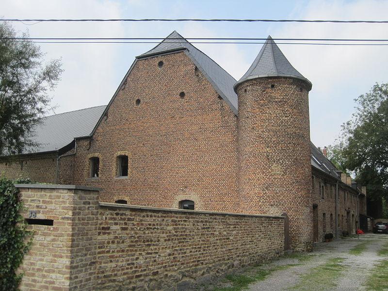Ensemble formé par le château, la ferme et les terrains environnants, à Aiche-en-Refail