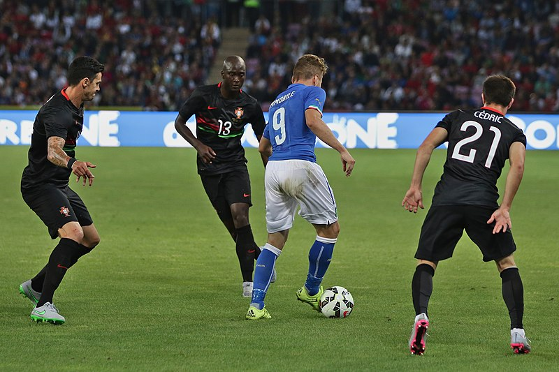 File:20150616 - Portugal - Italie - Genève - Ciro Immobile au milieu de la défense portugaise.jpg