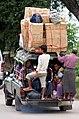 20160807 Przeciążony samochód w Nyaung Shwe w Mjanmie 8842 DxO.jpg
