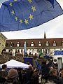 2017-03-19, Pulse of Europe, Pro-Europa-Demo auf dem Augustinerplatz in Freiburg, Europafahnen und Münsterturms 2.jpg