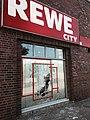 2017-07-09 Zerstörungen an Fensterfront Rewe City Weidenallee Ecke Altonaer Straße Hamburg.jpg