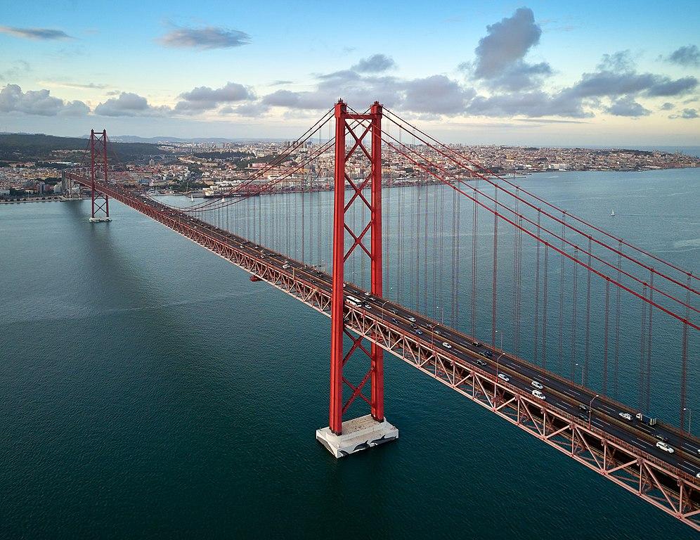 Vue aérienne sur le pont du 25 avril à Lisbonne - Photo de Deensel