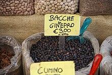 Bacche di ginepro per uso culinario in vendita al mercato di Ortigia a Siracusa.