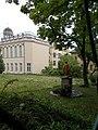 A sárga szobor és a Szent Margit gimnázium a Bartoniek Géza lépcső felől nézve, 2019 Szentimreváros.jpg