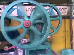 ファイル:A video of Sugarcane juice extraction.ogv