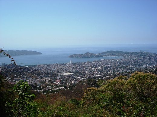 The Bay of Acapulco from the top of Palma Sola Acapulco - Palmasola-Punto-mas-alto.JPG