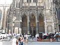 Adlertor am Stephansdom in Wien mit Fiakern.JPG