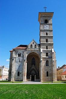 L'entrée d'une église avec une tour