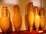 Photographie montrant des amphores romaines dans un musée. Elles ont été trouvées près de Toulouse.