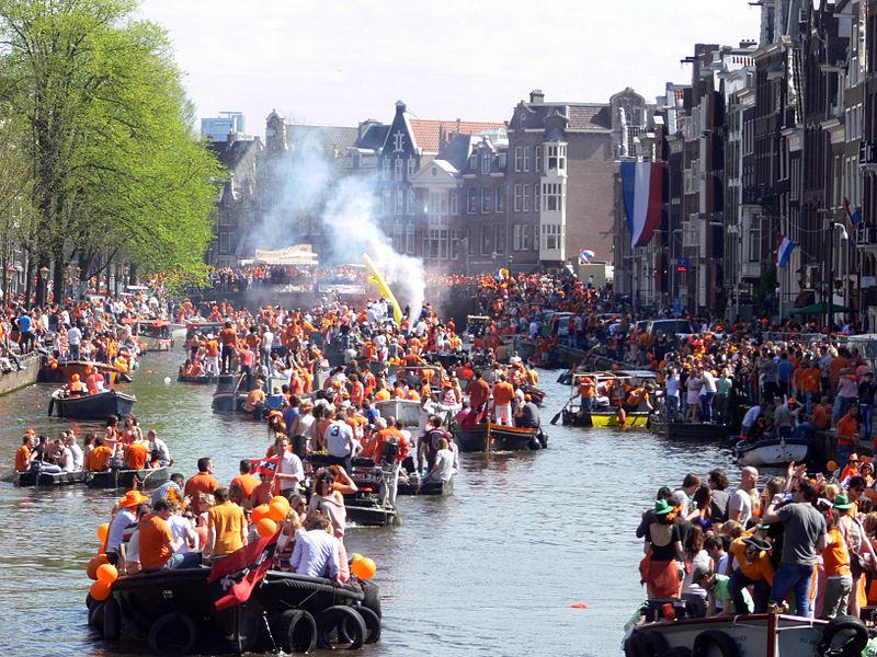 Défilé de bateaux sur le Prinsengracht pendant la fête de la reine - Photo de Rémi Mathis.