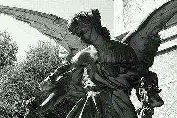 Angelo con corona di fiori.jpg