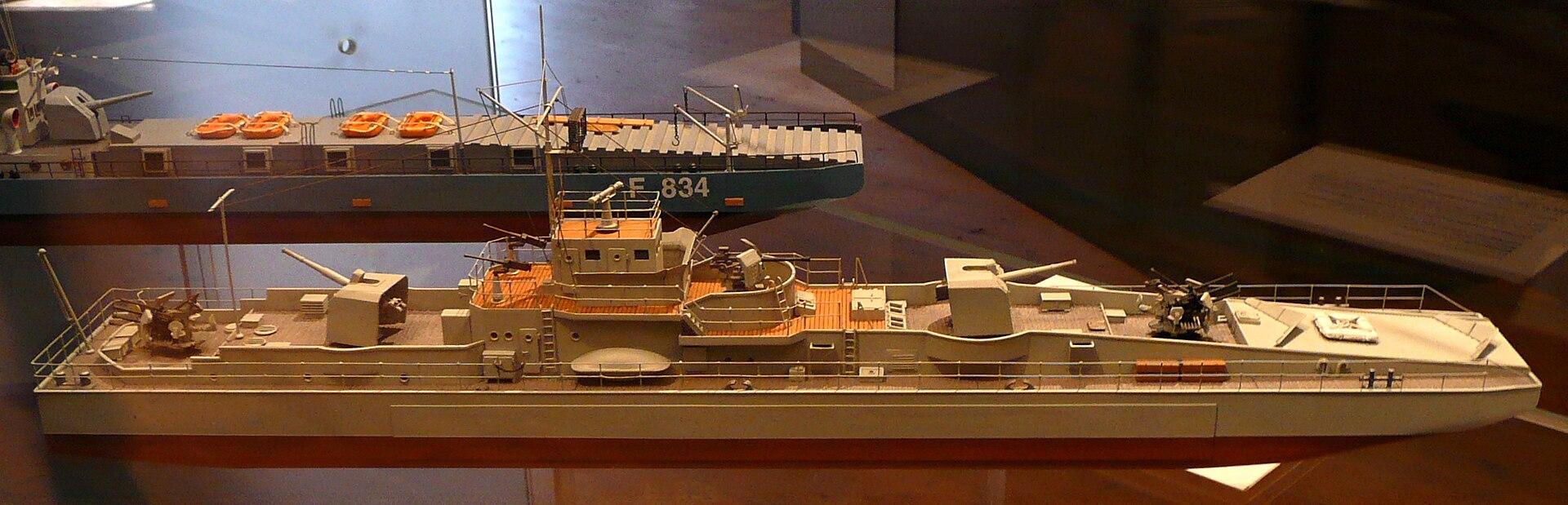 1920px-Artilleriefaehrprahm_Modell_1.JPG