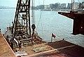 Az Erzsébet híd építése, úszódaru az utolsó pályaegység beemelésekor a budai hídfőnél. Fortepan 50559.jpg