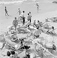 Badgasten en strandstoelen op het strand (in de branding van de zee spelen mense, Bestanddeelnr 255-1945.jpg