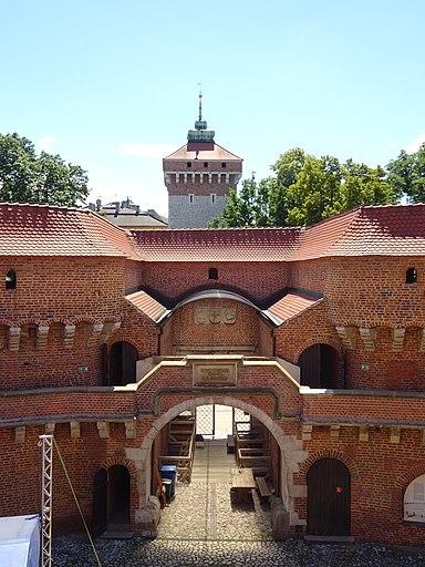 Barbakan-WidokWnętrzaWStronęSzyi-POL, Kraków