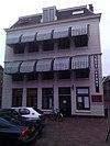 Huis van drie bouwlagen, met afgeplat schilddak