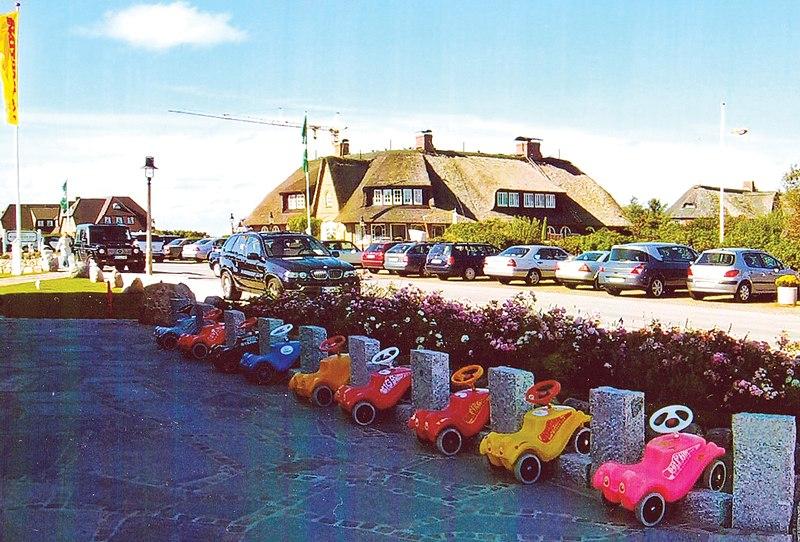 File:Bobby Car Parkplatz in Kampen auf Sylt-a.jpg