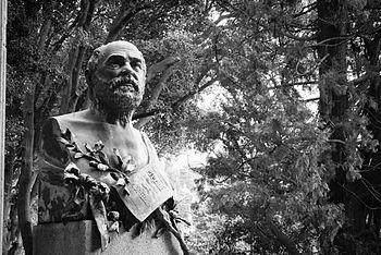 Boschetto irregolare nei pressi della tomba di Mazzini.jpg
