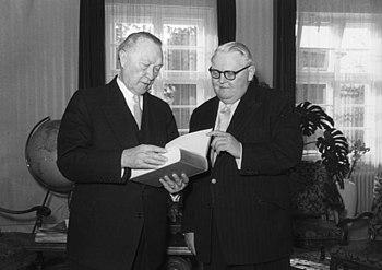 Bundesarchiv B 145 Bild-F004214-0033%2C Konrad Adenauer und Ludwig Erhard