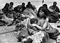 Bundesarchiv Bild 135-S-15-48-24, Tibetexpedition, Golok Frau mit Kind im Lager.jpg