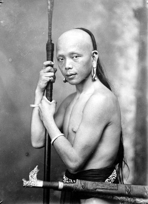 COLLECTIE TROPENMUSEUM Een Dajak met oorhangers en een lans Borneo TMnr 10005510