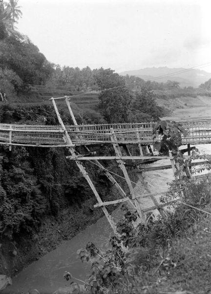 432px COLLECTIE TROPENMUSEUM Een hangbrug over de rivier Progo bij Kebonagoeng Kedoe Midden Java TMnr 10007700 Foto   Foto Orang Indonesia di Tahun 1908