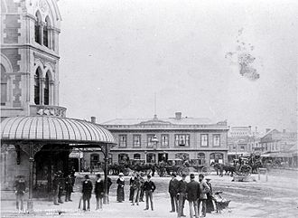 George Ruddenklau - Hansom cabs and carriages in front of the City Hotel in 1884