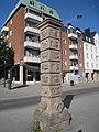 Carl Fagerberg, Klockpelaren (1927) i granit, Sundbyberg, 2018h.jpg